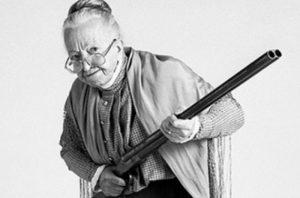 бабуся з рушницею