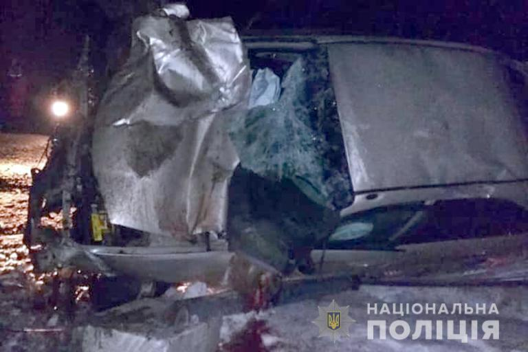 На Прикарпатті автомобіль посеред ночі врізався в рекламний щит: одна особа загинула, за життя ще двох борються лікарі (фотофакт)