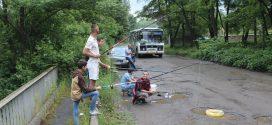 На дорогах Прикарпаття люди у калюжах ловлять рибу  (ФОТО)