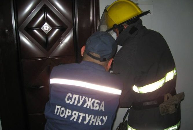 зачинені двері