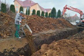 """У Снятині у районі """"Поле чудес"""" будують побутову каналізацію (ФОТО)"""