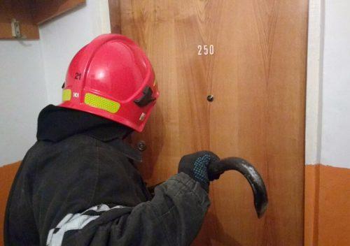 У Калуші рятувальники виламували двері, щоб звільнити дворічну дитину