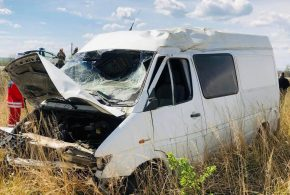 <strong>У Калуші на об'їзній мікроавтобус двічі перекинувся. Водій загинув (ФОТО)</strong>