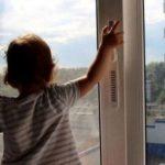 дитина у вікно